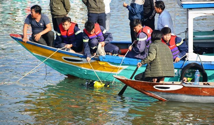 Vụ ô tô lao xuống sông Hoài, 3 người chết: Nhói lòng hình ảnh thi thể bé trai 6 tuổi kẹt trong xe - Ảnh 1