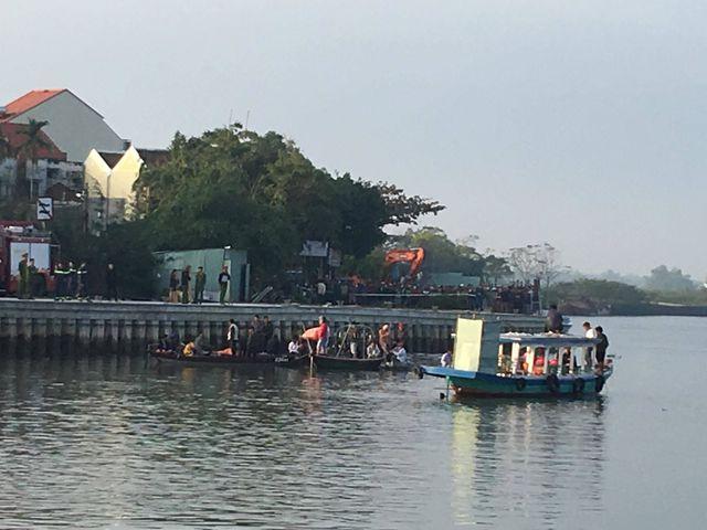 Vụ chồng lao ô tô xuống sông ở Quảng Nam: Vớt được thi thể 3 nạn nhân - Ảnh 1