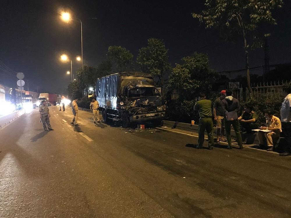 Ô tô tải tông đuôi xe container dừng đèn đỏ, 1 người chết - Ảnh 2