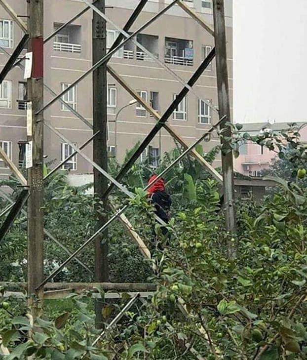 Nhân chứng vụ thi thể thanh niên treo cổ, 2 tay bị trói ở Hà Nội kể gì? - Ảnh 1