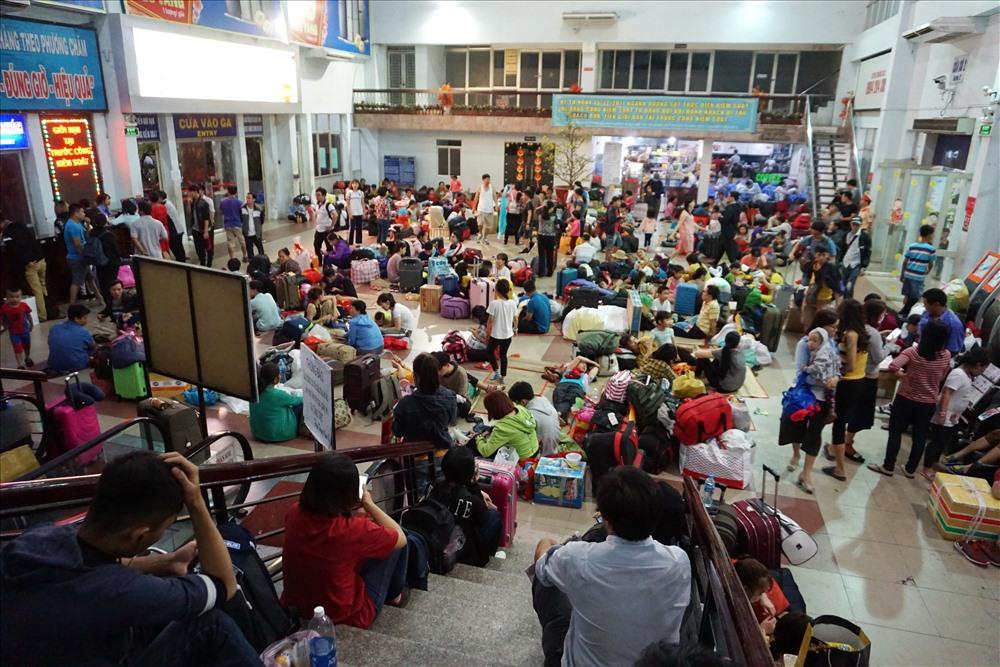 Hàng trăm khách mua vé tàu ở Sài Gòn phải lên tàu ở Bình Thuận - Ảnh 1