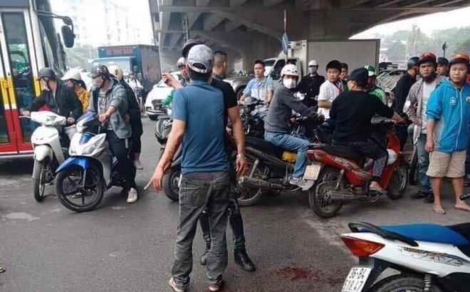 Hà Nội: Nam thanh niên cầm dao truy sát vợ như phim hành động - Ảnh 1