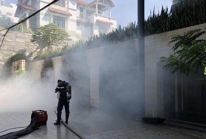 Biệt thự 3 tầng của đại gia Đà Nẵng bốc cháy, người nhà chia nhau di tản ô tô ra ngoài - Ảnh 2