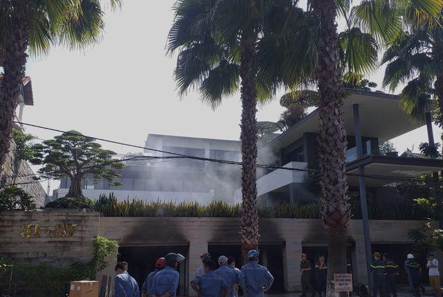 Biệt thự 3 tầng của đại gia Đà Nẵng bốc cháy, người nhà chia nhau di tản ô tô ra ngoài - Ảnh 1