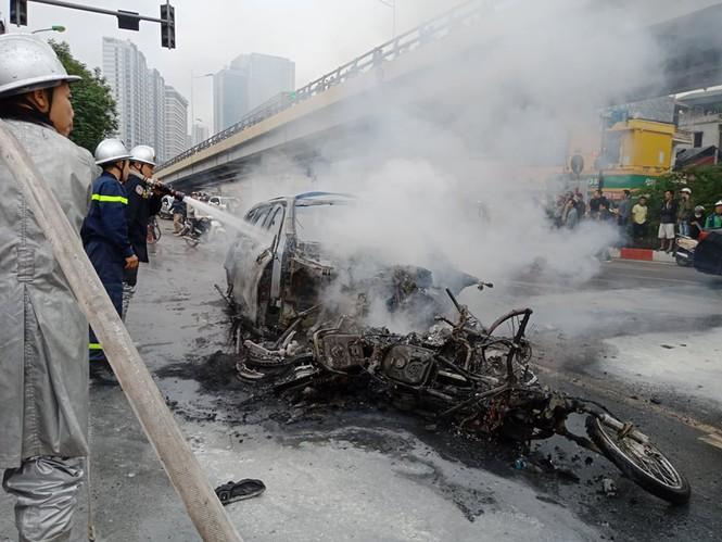 Hà Nội: Mercedes GLC 250 bốc cháy dữ dội, 1 người chết - Ảnh 1