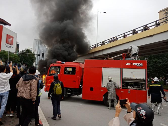 Hà Nội: Mercedes GLC 250 bốc cháy dữ dội, 1 người chết - Ảnh 2