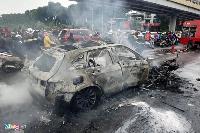 Vụ xe Mercedes gây tai nạn chết người ở Hà Nội: Lấy dấu vân tay xác minh danh tính nạn nhân - Ảnh 1