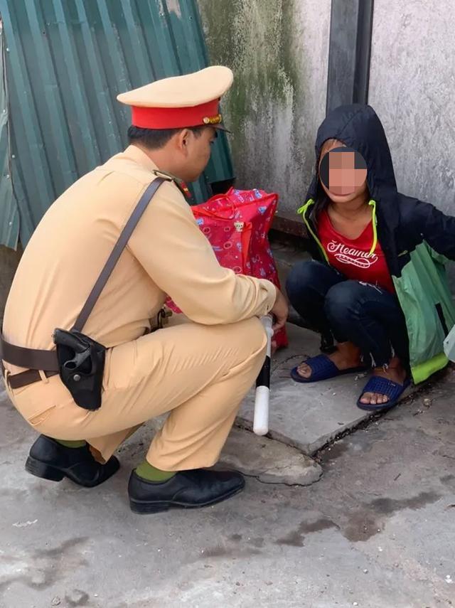 CSGT Hà Nội giúp đỡ bé gái 13 tuổi đói lả ở bến xe - Ảnh 1