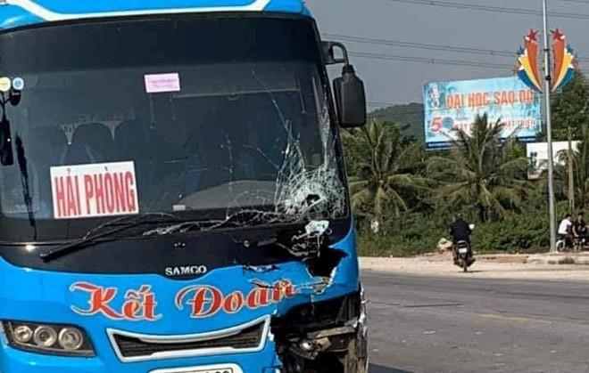 Xe máy va chạm xe khách, 2 nữ sinh lớp 10 tử vong - Ảnh 1
