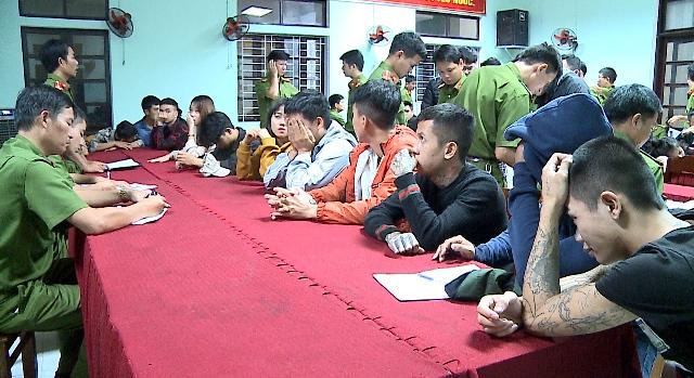 Đột kích quán karaoke lúc rạng sáng, phát hiện 28 nam nữ đang phê ma túy - Ảnh 1