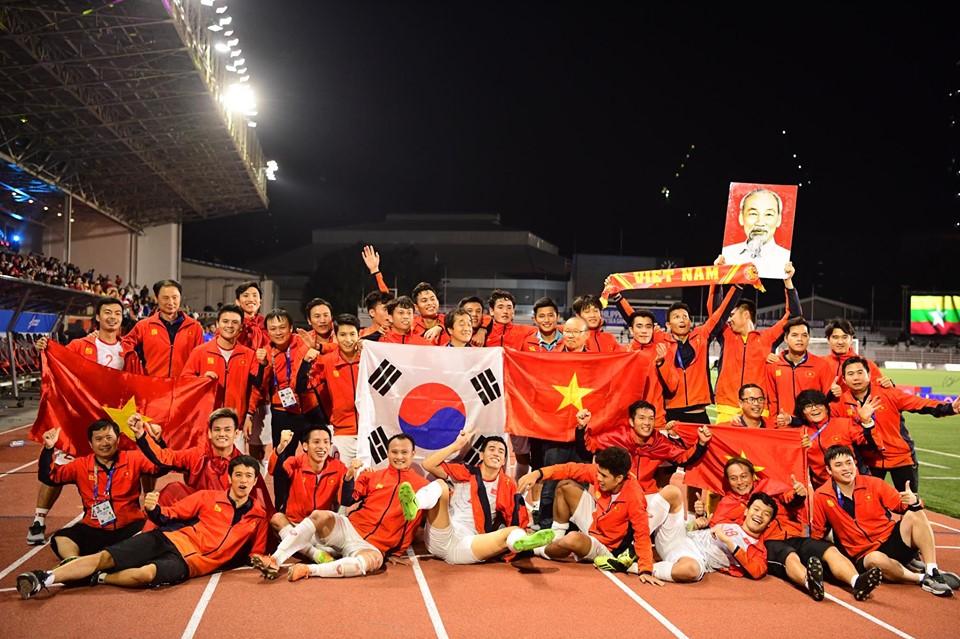 Thủ tướng gặp mặt, mời cơm chúc mừng tuyển bóng đá Việt Nam giành HCV SEA Games 30 - Ảnh 1
