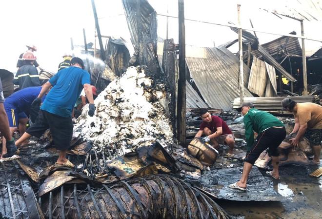 12 căn nhà bị thiêu rụi lúc rạng sáng, bé gái 14 tuổi tử vong thương tâm - Ảnh 1