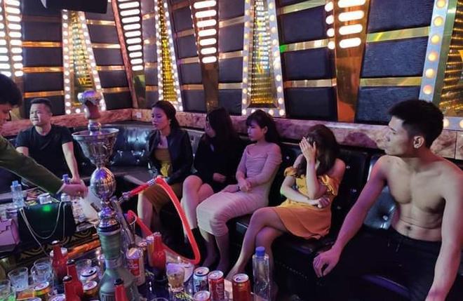 Đột kích quán karaoke, bắt quả tang hơn 20 thanh niên phê ma túy trong phòng Tứ Đại Mỹ Nhân - Ảnh 1