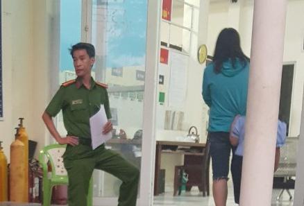 Bé gái 6 tuổi bị cha dượng bóp cổ, dọa ném xuống sông Sài Gòn - Ảnh 1