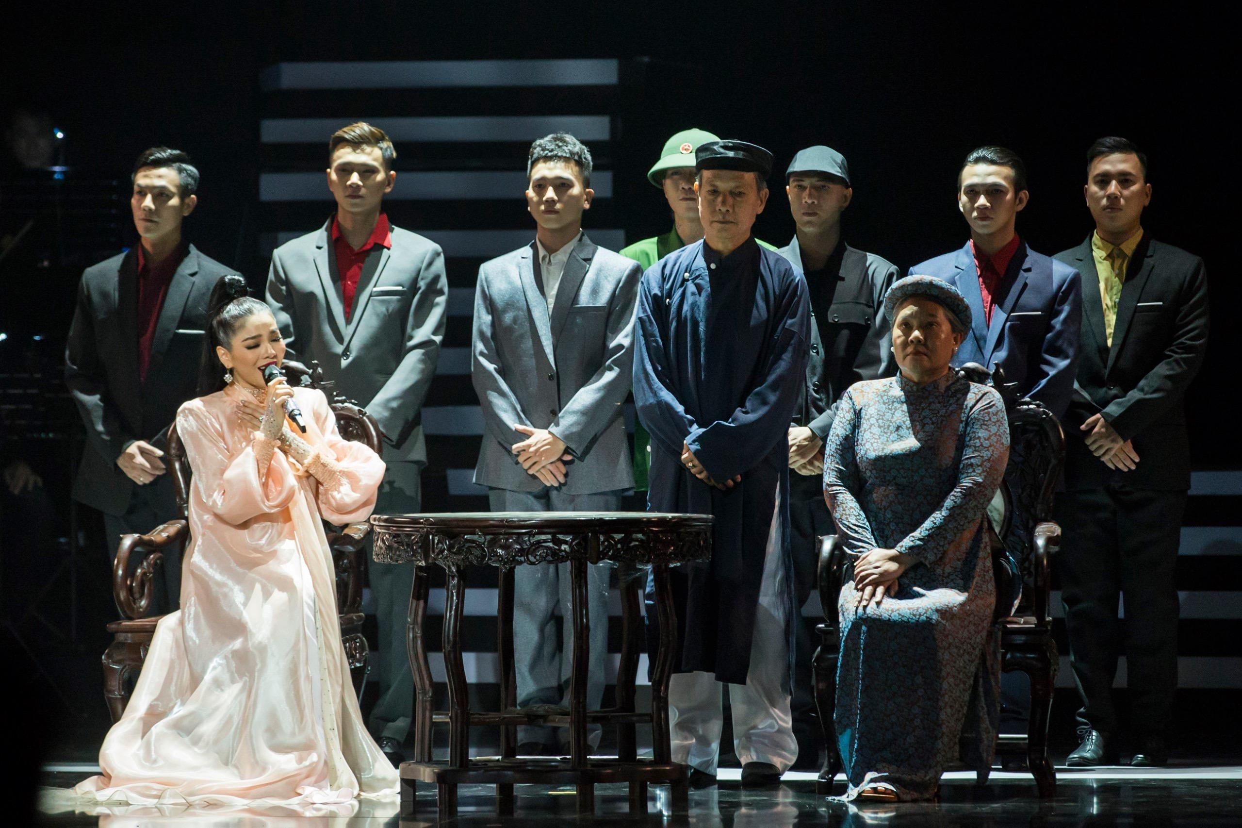 """Khán giả """"nổi da gà"""" xem Lệ Quyên hát chầu văn cùng mẹ trên sân khấu Q SHOW 2 - Ảnh 4"""