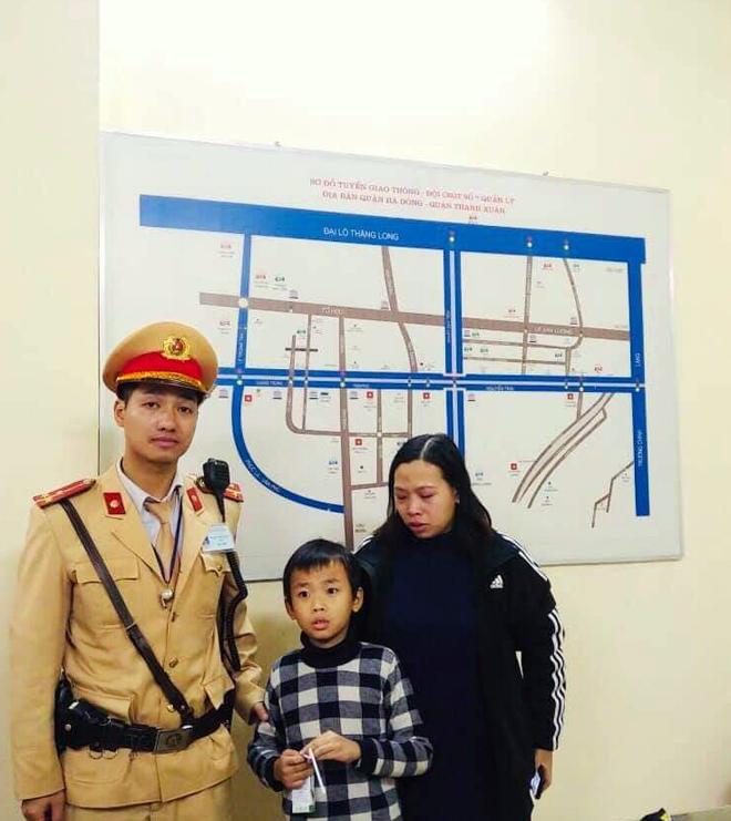 Công an Hà Nội giúp bé trai 6 tuổi đi lạc về với gia đình - Ảnh 1