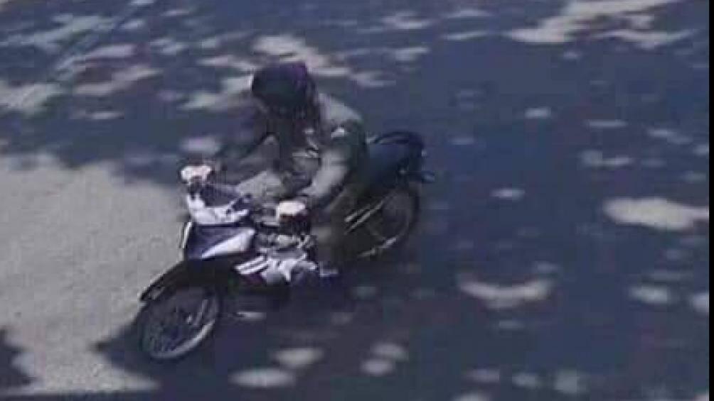 Vụ nữ bí thư huyện bị tên cướp khống chế, lấy gần 30 triệu đồng: Camera ghi hình nghi can - Ảnh 2