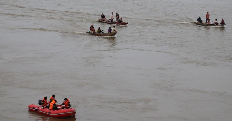 Tìm thấy thi thể nam thanh niên để lại xe máy, nhảy cầu Bến Thủy tự tử - Ảnh 1