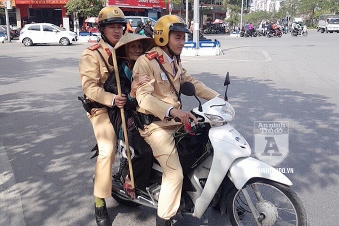 CSGT Hà Nội giúp đỡ cụ bà 93 tuổi đi lạc về nhà - Ảnh 1