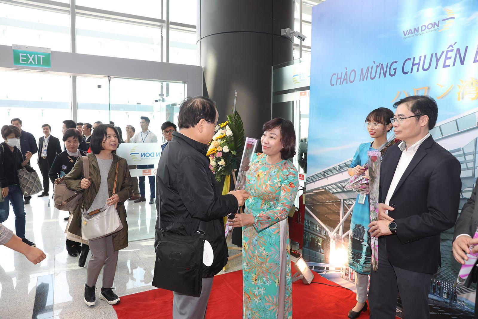 Hai chuyến bay từ Nhật Bản hạ cánh xuống sân bay quốc tế Vân Đồn - Ảnh 2