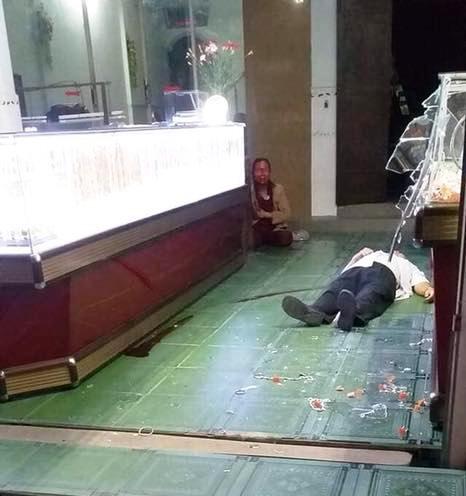 Nhân chứng vụ cướp tiệm vàng ở Bình Định: Nghi phạm tay cầm búa đập tủ vàng, miệng la hét - Ảnh 1