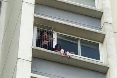 """Giải cứu bé gái 6 tuổi trèo ra ban công tầng 6 chung cư, gào khóc gọi """"mẹ ơi"""" - Ảnh 1"""