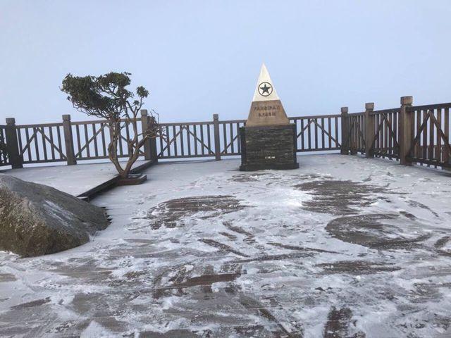 Băng tuyết phủ trắng đỉnh núi Fansipan, dự kiến đêm nay sẽ dày hơn - Ảnh 1