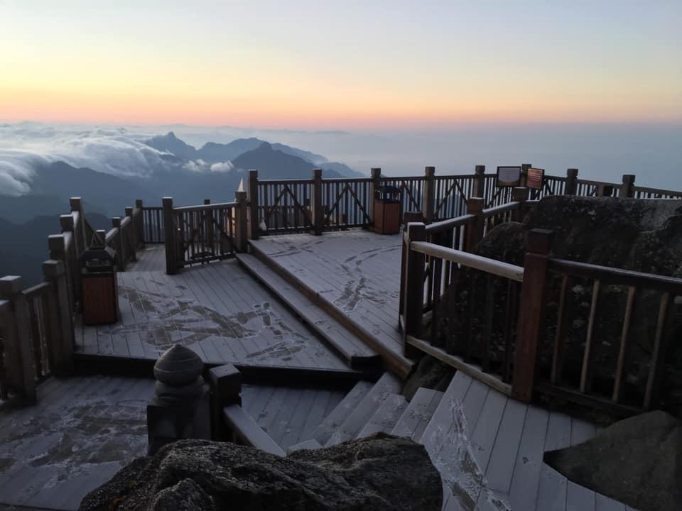 Băng tuyết phủ trắng đỉnh núi Fansipan, dự kiến đêm nay sẽ dày hơn - Ảnh 3