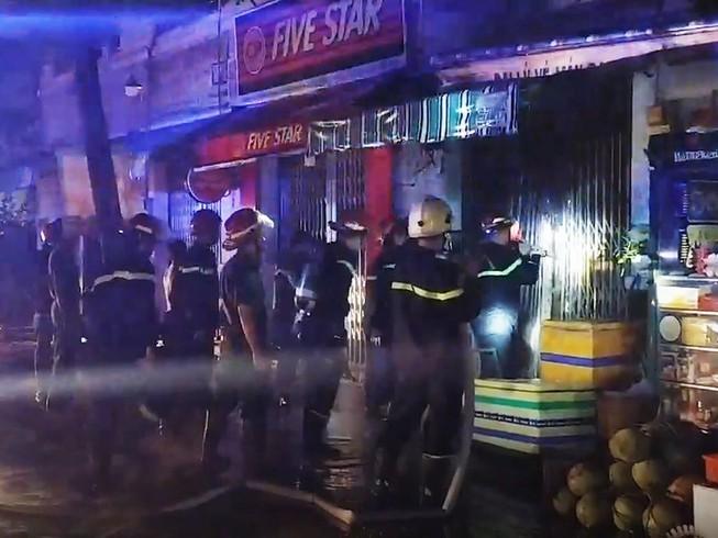 Cháy nhà lúc nửa đêm ở TP.HCM, 3 người tử vong trong căn phòng 16m2 - Ảnh 1