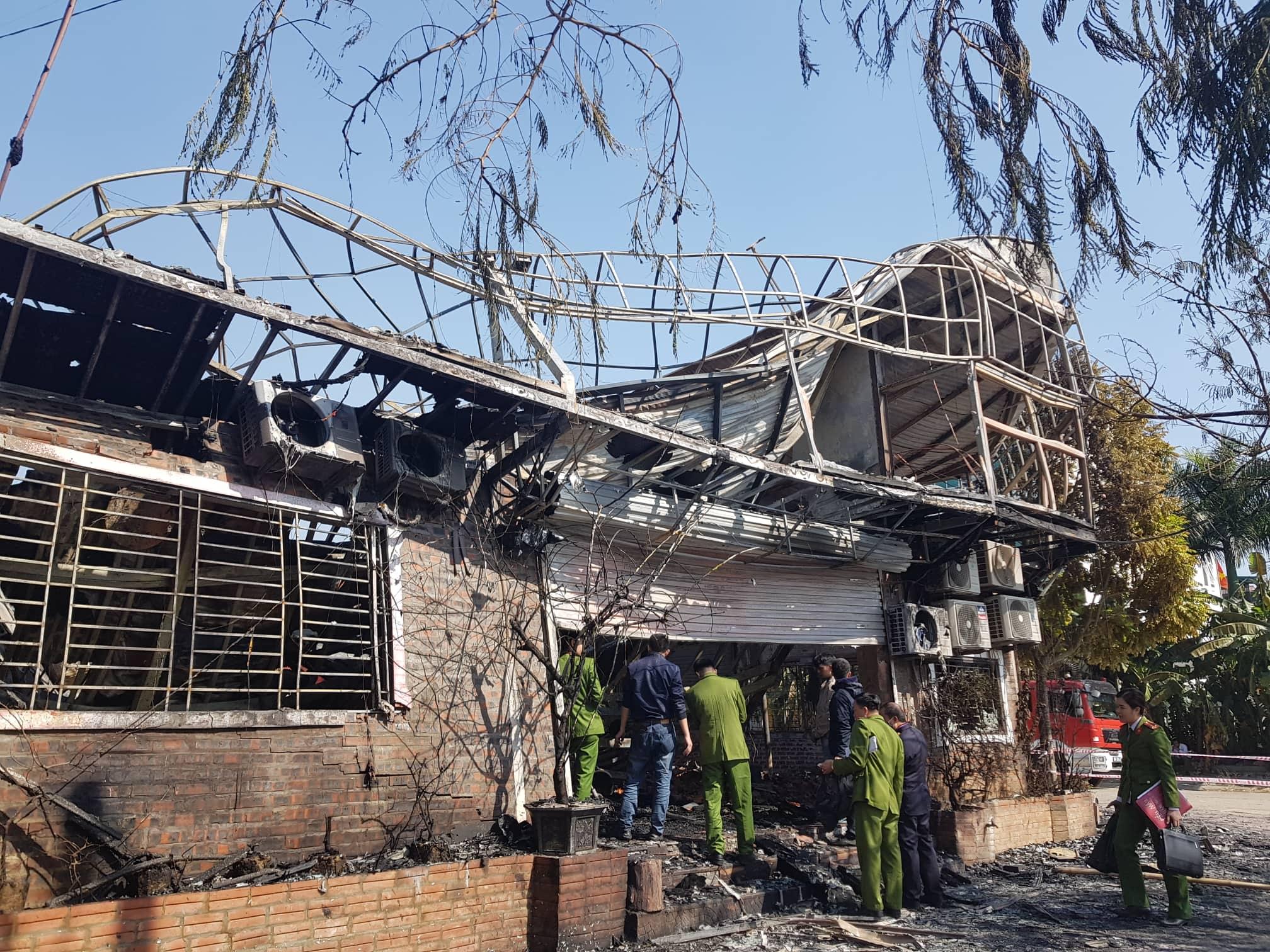 Khung cảnh tan hoang tại hiện trường vụ cháy nhà hàng 4 người chết ở Vĩnh Phúc - Ảnh 7