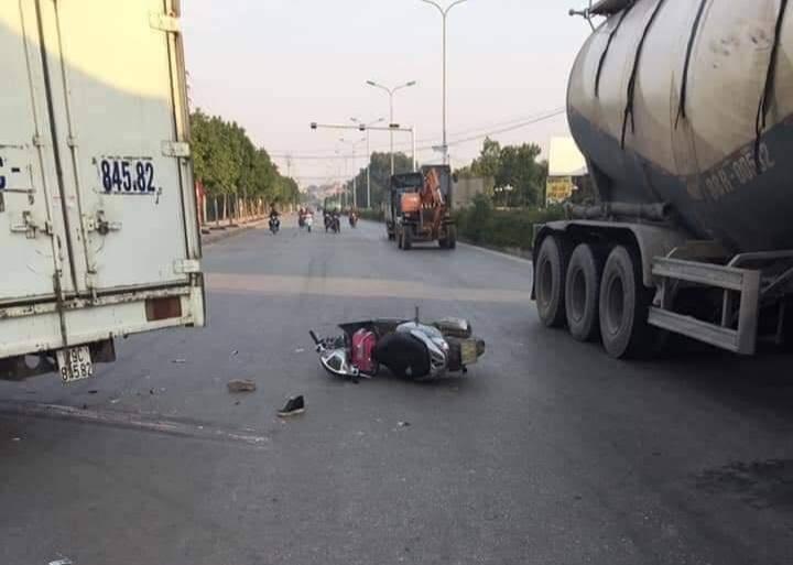 Hà Nội: Xe máy va chạm xe tải, mẹ tử vong, con gái 6 tuổi bị chấn thương sọ não - Ảnh 1