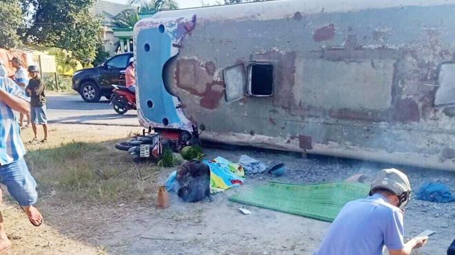 Tai nạn giao thông ở Long An: Xe chở công nhân đè chết 2 người, 11 người bị thương - Ảnh 1