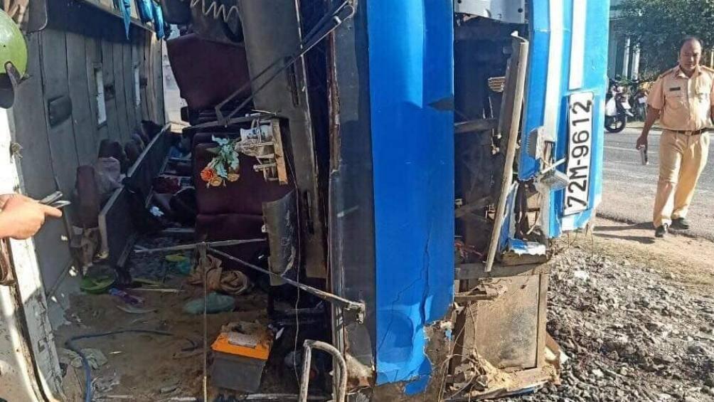 Tai nạn giao thông ở Long An: Xe chở công nhân đè chết 2 người, 11 người bị thương - Ảnh 2
