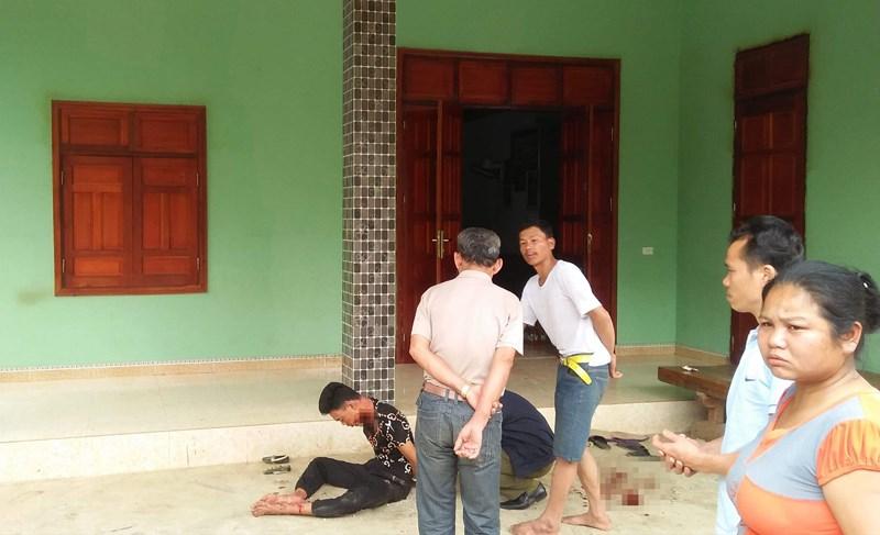 Chồng bị thương ôm thi thể vợ nằm trên vũng máu trong căn nhà khóa trái - Ảnh 1