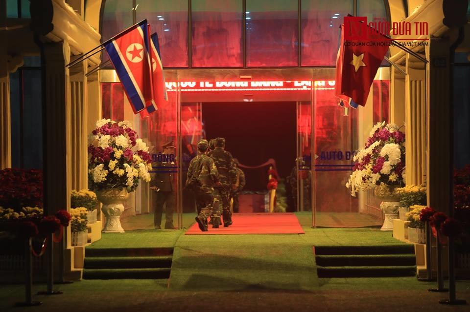 [Trực tiếp] Cận cảnh lực lượng an ninh dày đặc quanh khách sạn nơi Chủ tịch Kim Jong-un vừa có mặt - Ảnh 38