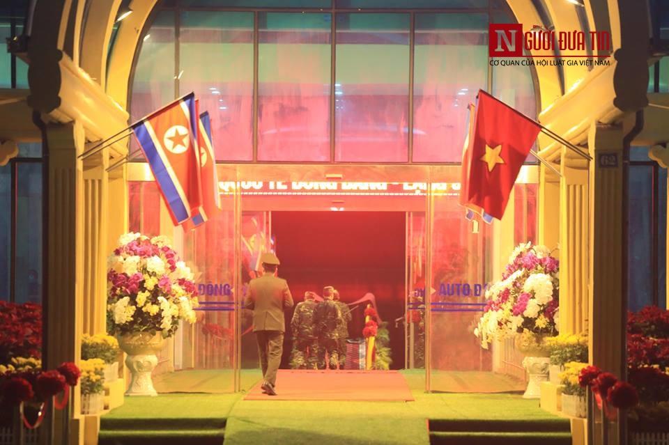 [Trực tiếp] Cận cảnh lực lượng an ninh dày đặc quanh khách sạn nơi Chủ tịch Kim Jong-un vừa có mặt - Ảnh 39