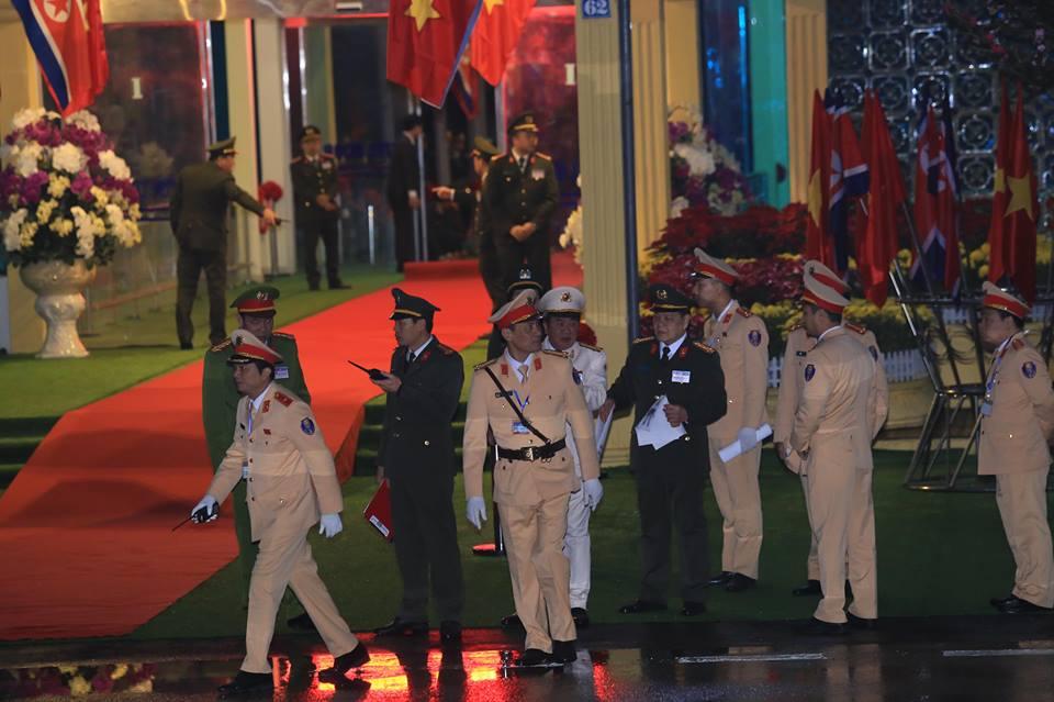 [Trực tiếp] Cận cảnh lực lượng an ninh dày đặc quanh khách sạn nơi Chủ tịch Kim Jong-un vừa có mặt - Ảnh 42