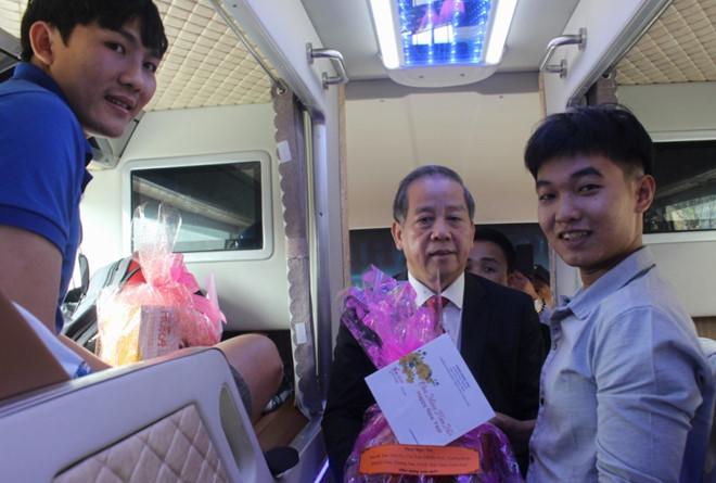 Tin tức thời sự 24h mới nhất ngày 5/2/2019: Chủ tịch tỉnh chúc Tết hành khách trên chuyến xe cuối về quê - Ảnh 1