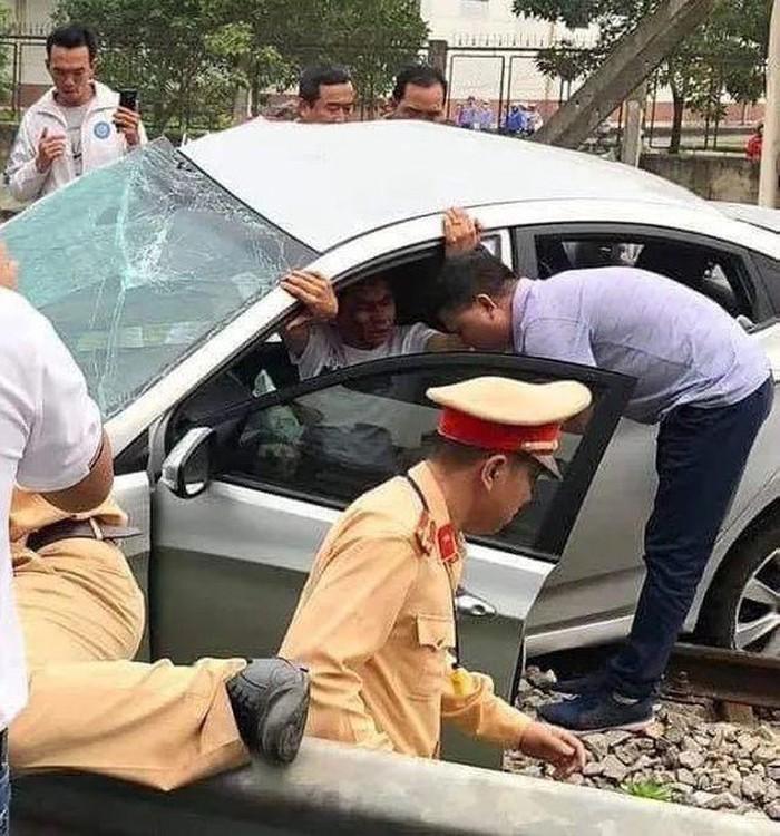 Tin tai nạn giao thông mới nhất ngày 14/3/2019: Tàu hỏa đâm nát ô tô ở Hải Dương, 2 người chết - Ảnh 1