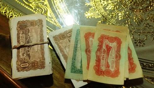 Dọn nhà, phát hiện chiếc rương gỗ chứa cọc tiền cổ ở Nghệ An - Ảnh 1