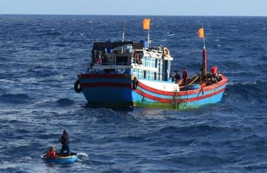 Đánh nhau trên tàu, một ngư dân rơi xuống biển mất tích - Ảnh 1