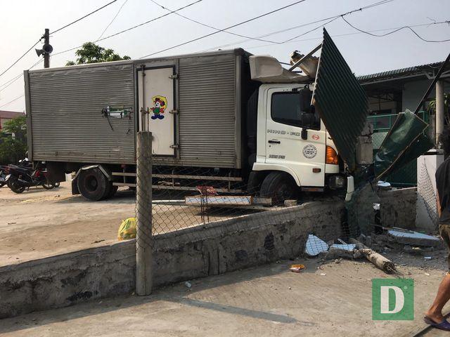 Tông sập tiệm cắt tóc, tài xế xe tải bị bắt đền 250 triệu đồng - Ảnh 1
