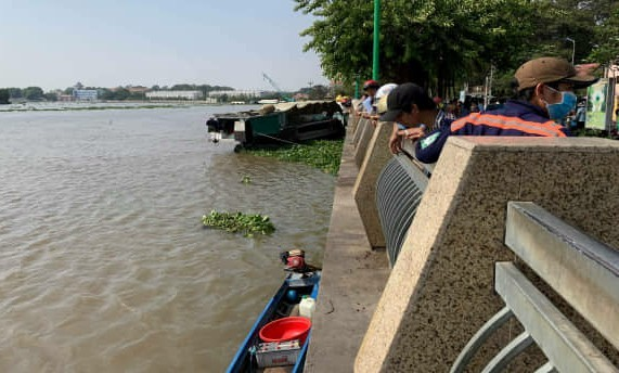 Thi thể phụ nữ nghi bị sát hại trôi trên sông Sài Gòn - Ảnh 1