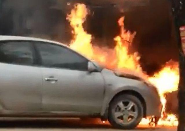 Video: Hàng chục người dân kéo ô tô đang bốc cháy nghi ngút ra khỏi nhà - Ảnh 1