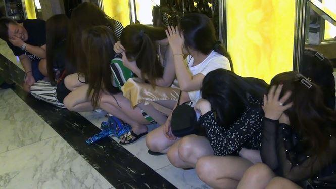 Đột kích quán karaoke lúc rạng sáng, bắt quả tang hơn 100 người đang nhảy múa - Ảnh 2