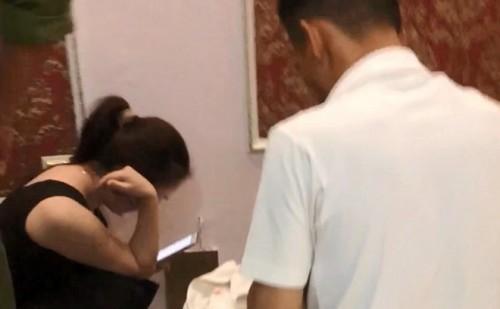 """Vụ cô giáo bị tố vào khách sạn với nam sinh lớp 10: Người chồng có clip bắt """"quả tang"""" vợ hay không? - Ảnh 1"""