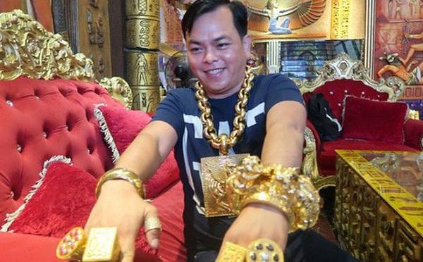 Công an khám xét nhà Phúc XO - người đeo nhiều vàng nhất Việt Nam - Ảnh 2