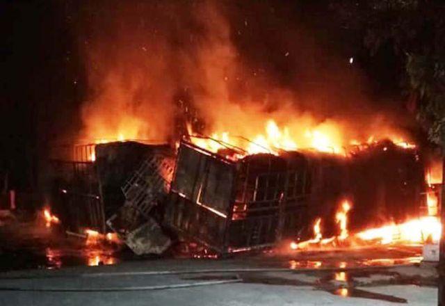 Ba xe ô tô đâm nhau kinh hoàng trên Quốc lộ 1A, 2 người bị thiêu cháy - Ảnh 2