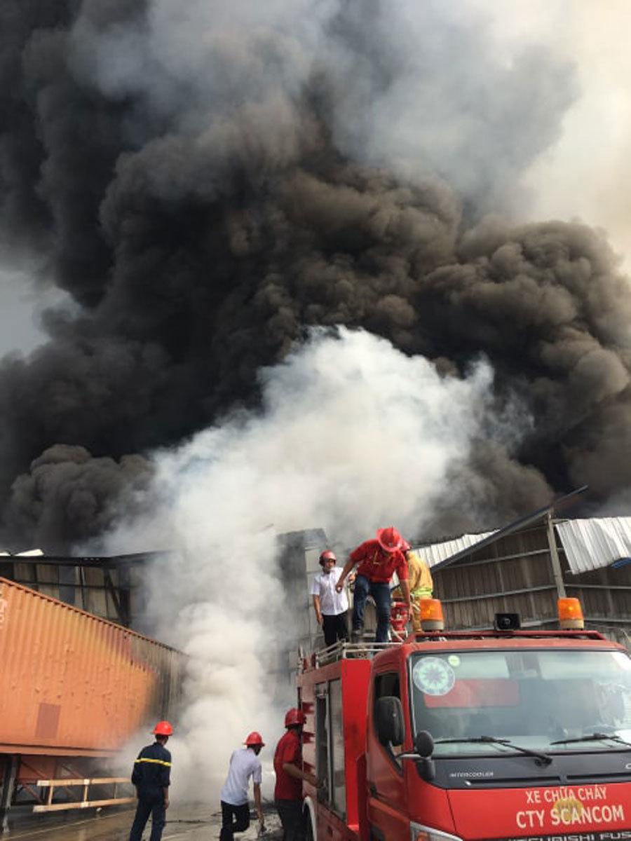 Đang cháy lớn tại KCN Sóng Thần 2, cột khói bốc cuồn cuộn hàng trăm mét - Ảnh 3
