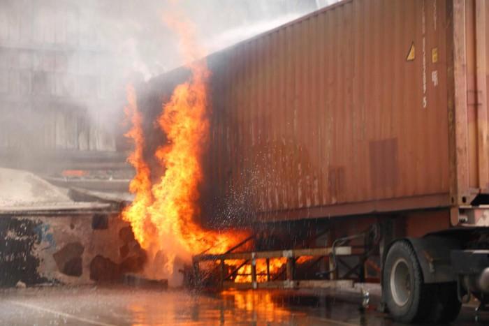 Đang cháy lớn tại KCN Sóng Thần 2, cột khói bốc cuồn cuộn hàng trăm mét - Ảnh 4